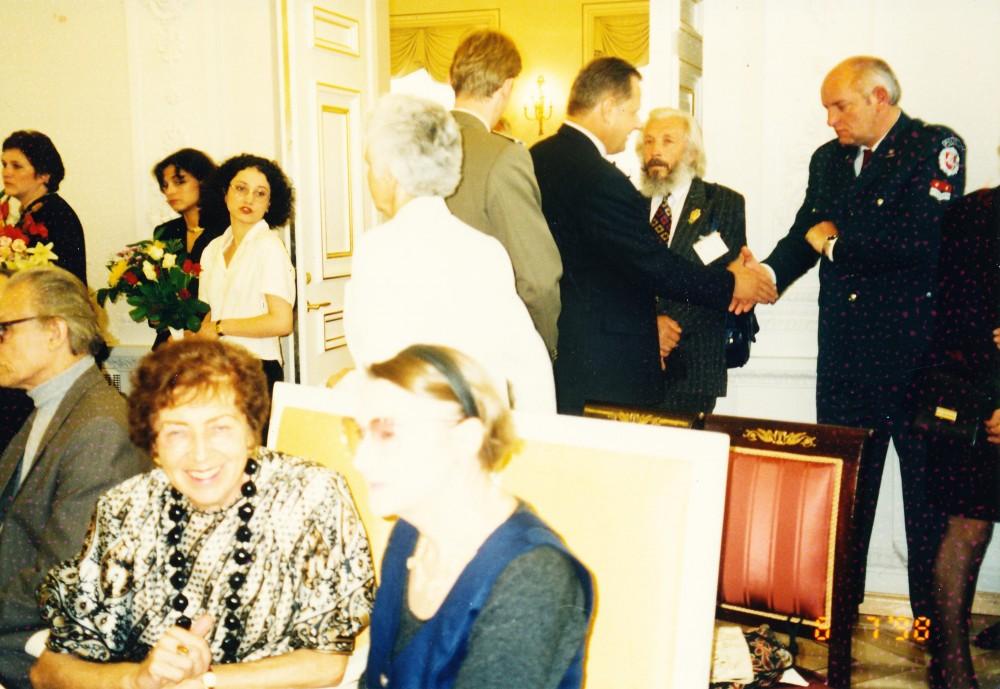 Su rašytoja Birute Pūkelevičiūte Lietuvos Respublikos Prezidentūroje. Vilnius, 1998 m. liepos 6 d.