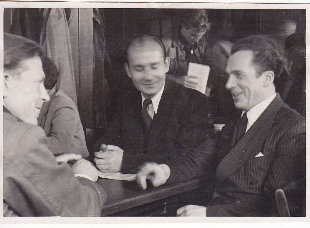 Su rašytoju H. Radausku ir aktoriumi J. Palubinsku (su H. Radausku kartu dirbo Klaipėdos radiofone). Ravensburgas. 1948 m.