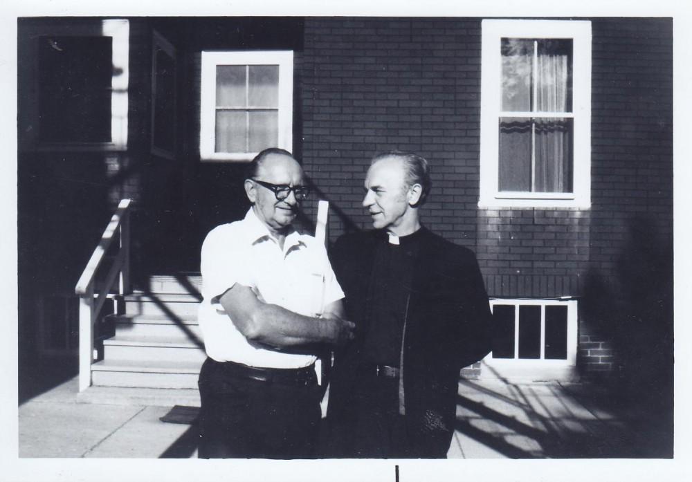 Su rašytoju Vytautu Alantu. Putnamas. Apie 1974 m.