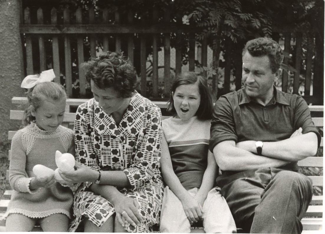 Su šeima Juodkrantėje. Sutuoktinė Idalija, dukros Audronė ir Rima. 1966 m.