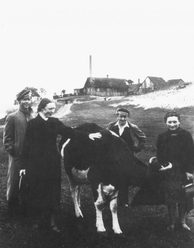 Su studijų draugais ekskursijos metu. 1939 m. Antras iš dešinės – V. Kazokas