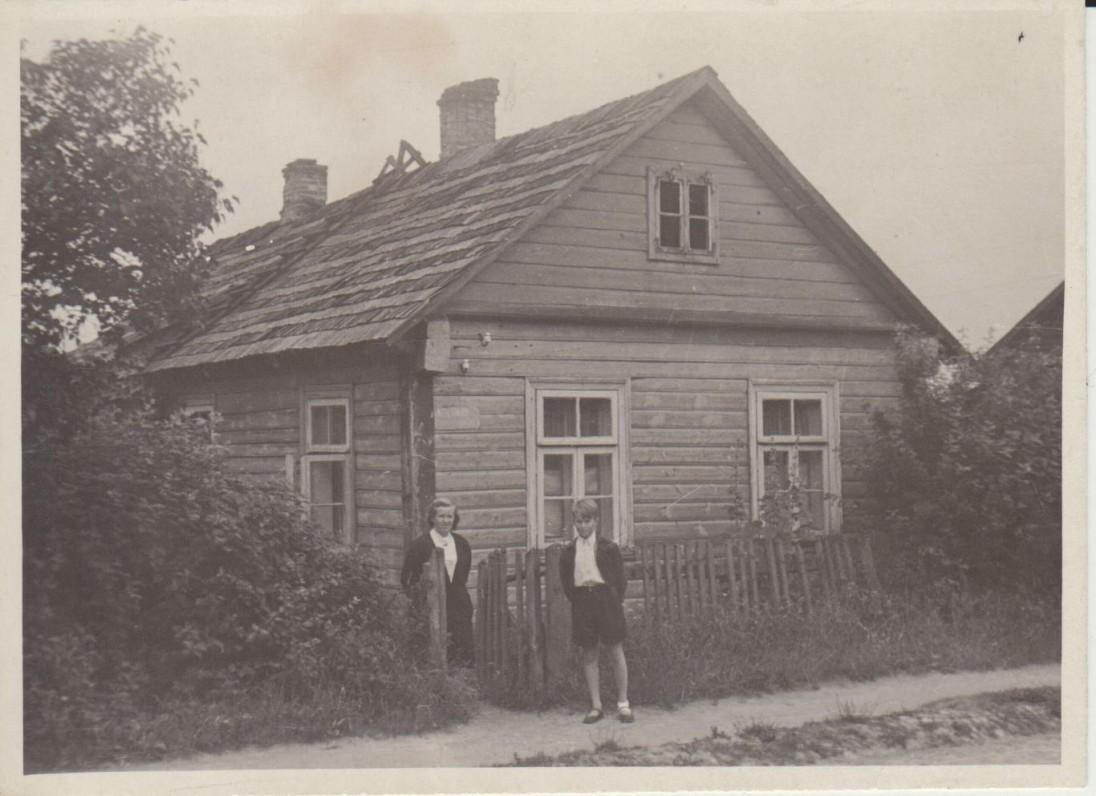 Su sūnumi Konstantinu prie Čiurlionių namelio. Druskininkai, 1955 m.
