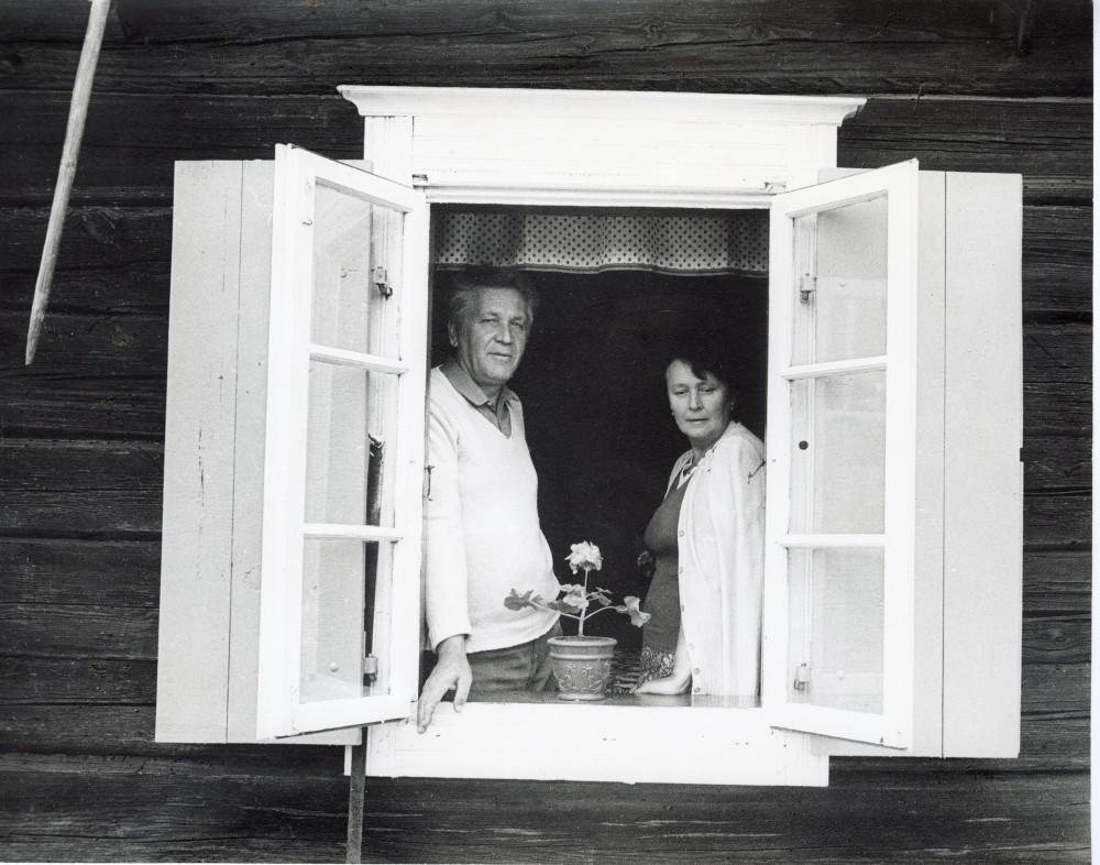 """Su sutuoktine Idalija Linmarkyje 1984 m. Fotografas R. Rakauskas. Daliai dedikuotas eilėraštis """"Pro Linmarkio langą"""""""