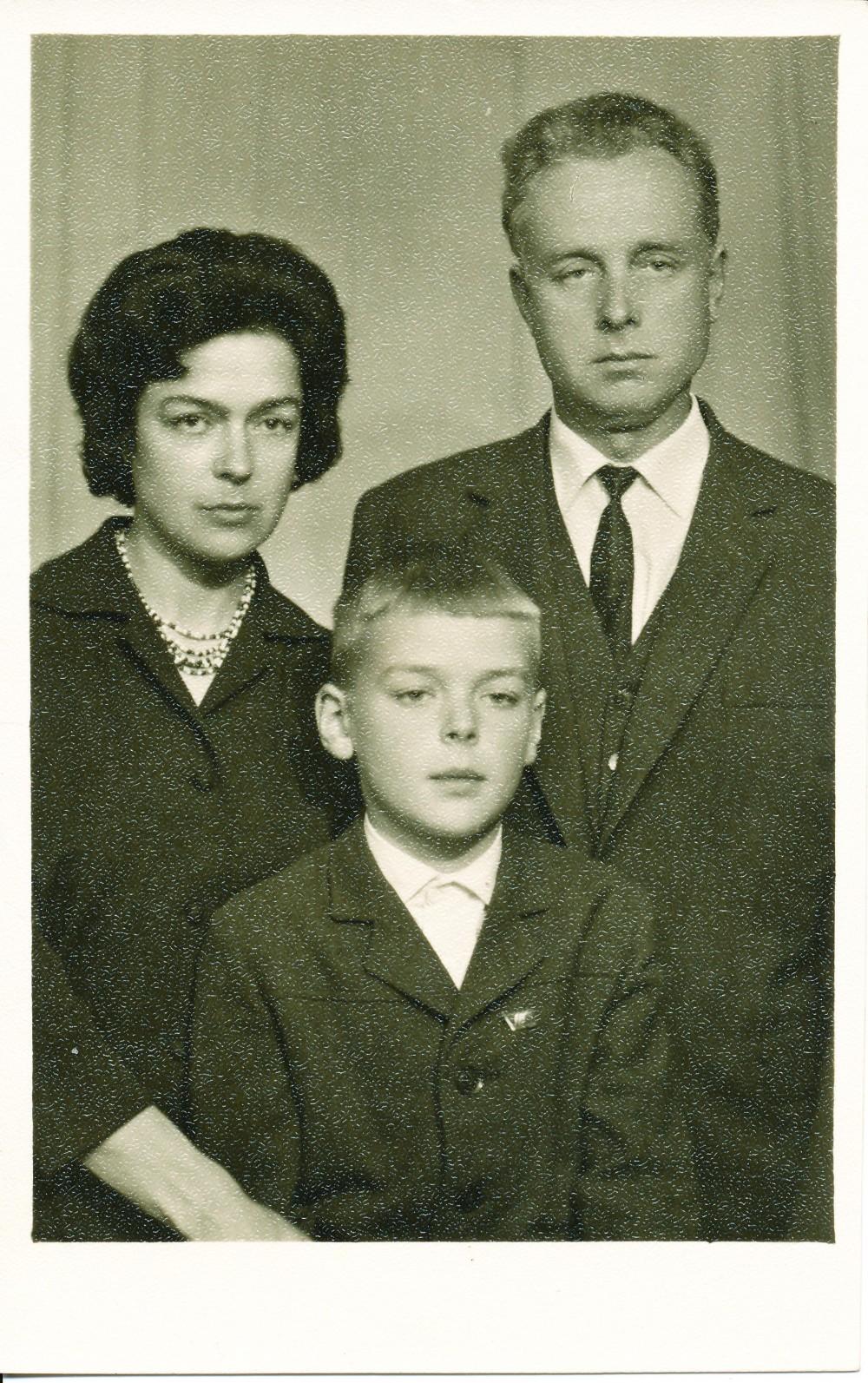 Su žmona Aldona ir sūnum Jonu. 1964 m.