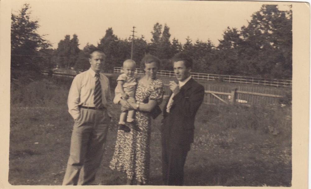 Su žmona Aleksandra, laikančia ant rankų kairėje stovinčio R. Juknevičiaus dukrą Dalią. Klaipėda. 1937 m.