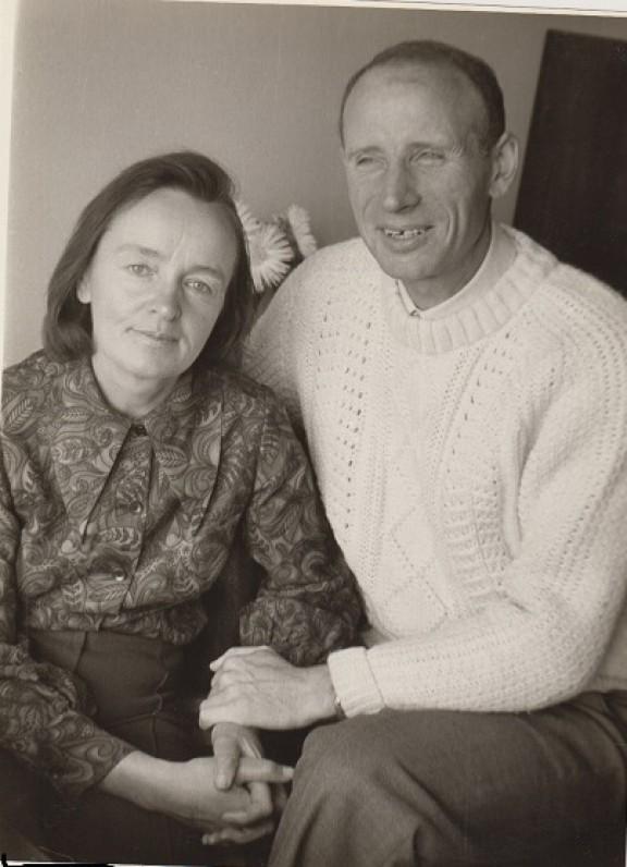 Su žmona Regina Važgauskaite-Sluckiene namuose. 1974 m. O. Pajedaitės nuotrauka