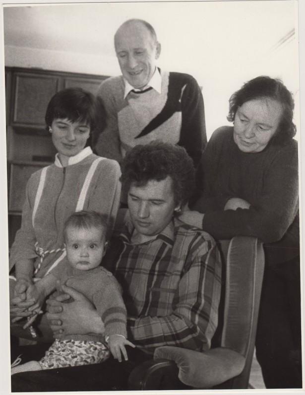 Su žmona Regina, dukterimi Snieguole, žentu ir anūke namuose, Vilniuje. Apie 1975 m.