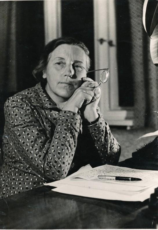 Susimąsčiusi rašytoja. Apie 1955 m. Fotografas J. Grikienis