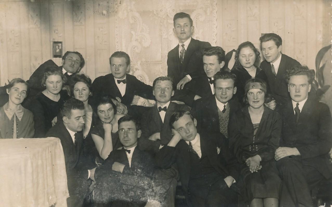 Susitikimai tarpukario Kaune vykdavo ir menininkų namuose. Lietuvos universiteto studentai svečiuose pas H. Blazą. 1927 m.