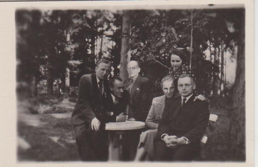 Susitikimas po kalėjimo su draugais. K. Jakubėnas, Br. Kiaupa, M. Paulauskas, Ol . Venclovaitė, Bulkevičienė, Kaminskas. Apie 1930 m.