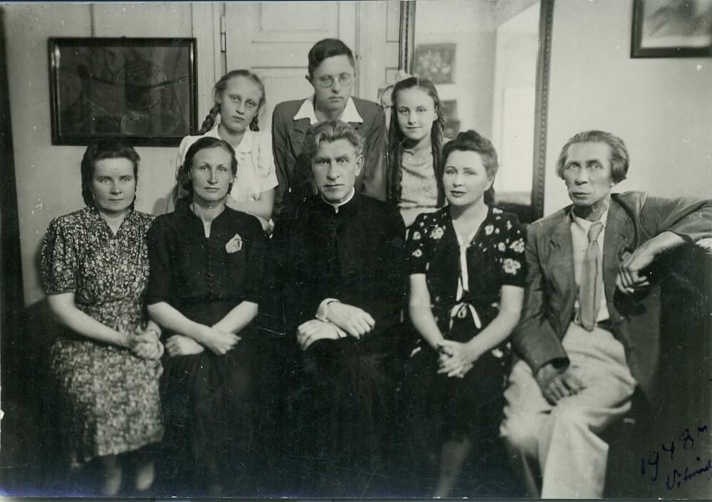 Svečiuose pas kun. J. Vaičiūną. Sėdi P. Vaičiūnas, T. Vaičiūnienė, Juozas Vaičiūnas, Ada Vaičiūnienė. Stovi Dalia Vaičiūnaitė, Arnas Vaičiūnas, Judita Vaičiūnaitė (būsimoji poetė). Vilnius, 1948 m.