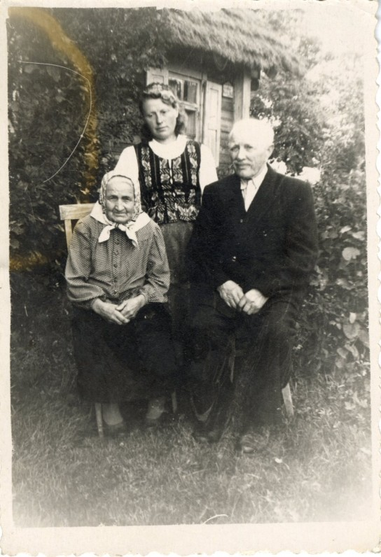 Tėvas Gasparas (nebuvo Sibire), motina Uršulė Paliulytė, sesuo Akvilė Indriliūnai Gataučiuose, pabėgę iš Sibiro. Apie 1957 m.