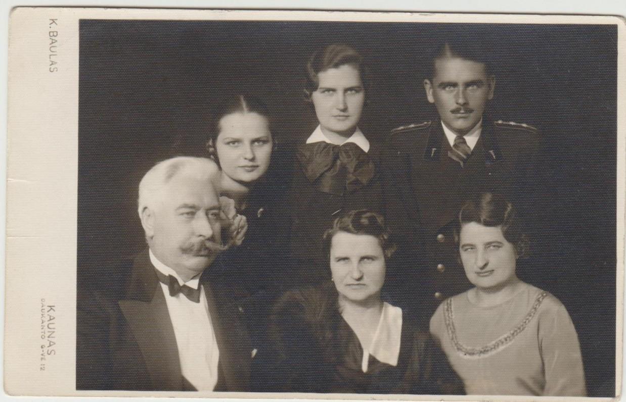 Tulauskų šeima. Kaunas. 1937 m. Priekyje tėvai Leonardas ir Agota ir vyriausioji sesuo Marija, už jų – Algirdas, Gražina ir Danutė