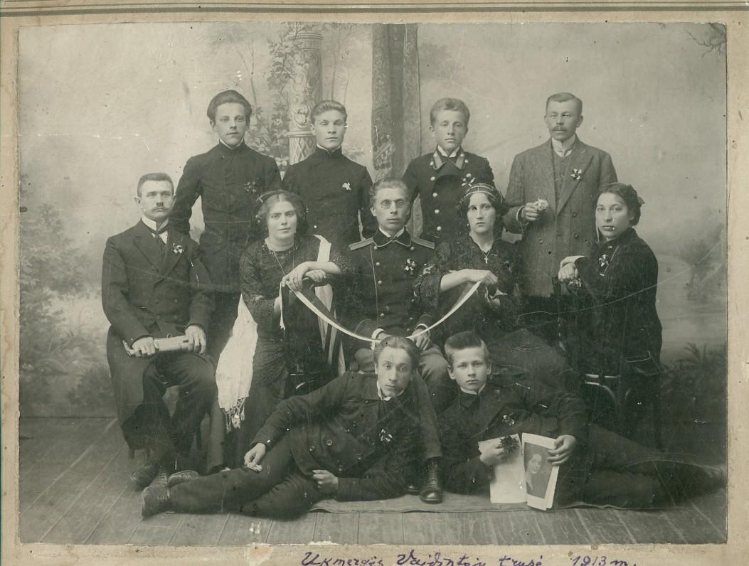 Ukmergės vaidintojų trupė, įsteigta P. Vaičiūno (sėdi viduryje). 1913 m.