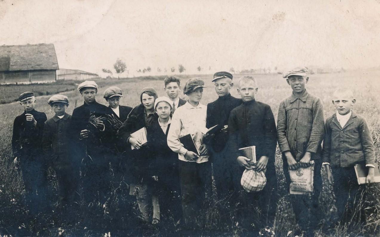 Utenos pradinės mokyklos Jaunųjų ūkininkų ratelis. Trečias iš kairės – A. Čipkus. Apie 1927 m.