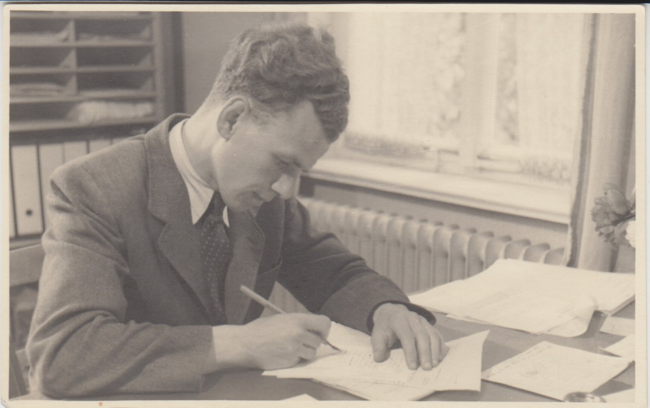 V. A. Jonynas prie darbo stalo. Biberach. 1946 m.