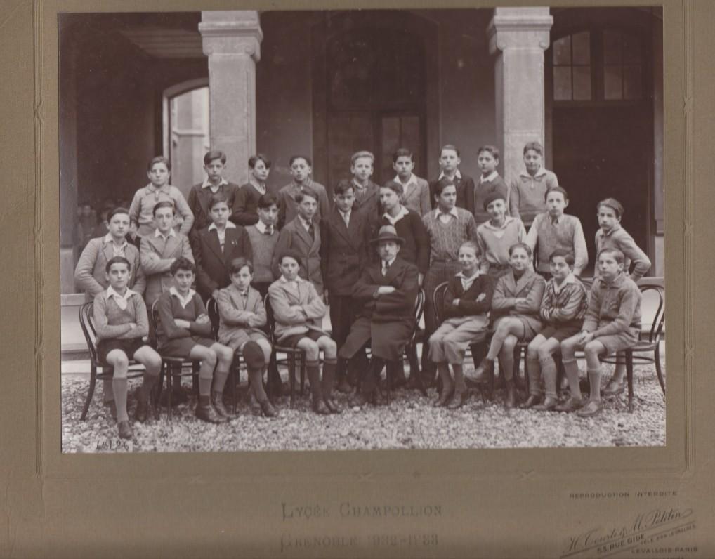 V. Jonynas (paskutinėje eilėje penktas iš dešinės) su Champolliono licėjaus Grenoblyje bendramoksliais ir dėstytoju. Apie 1932 m.