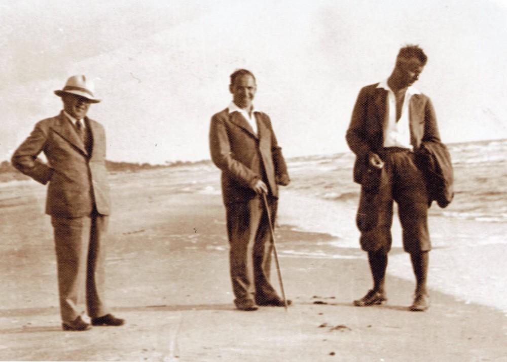 V. Krėvė, P. Skardžius, B. Sruoga Palangoje. Apie 1936 m.