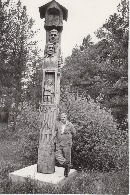 V. Petkevičius Birštone prie paminklo tėvams, 1987 m. R. Rakausko nuotrauka