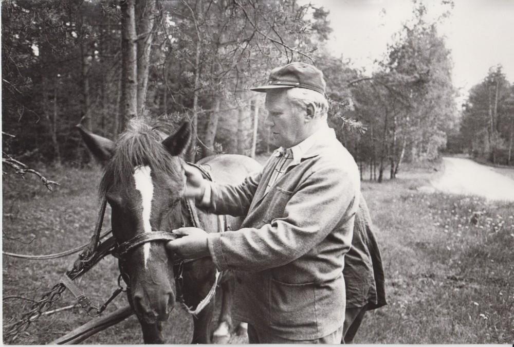 V. Petkevičius Birštone, savo vasarnamyje 1987 m. R. Rakausko nuotrauka