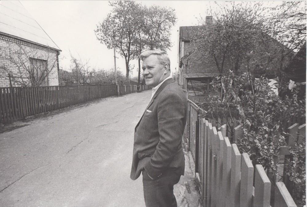 V. Petkevičius Šančiuose, Kaune, savo gatvėje, 1987 m. R. Rakausko nuotrauka