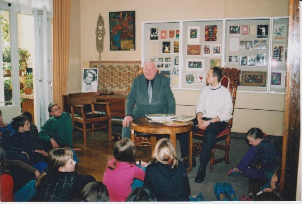 V. Petkevičius ir aktorius E. Leskauskas Vaikų literatūros muziejuje, 2002 04 02
