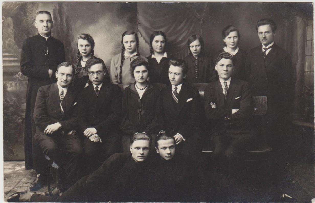 VDU studentų literatų gastrolės Marijampolėje. 1931 03 21. Antroje eilėje iš kairės – B. Rutkūnas, B. Brazdžionis, G. Tulauskaitė, B. Babrauskas, A. Paplauskas