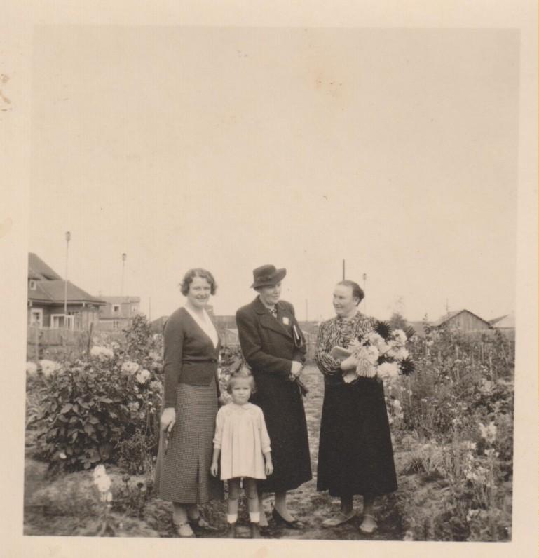 Vanda Sruogienė, Jolita Sruogaitė, kaimynė M. Penčylienė B. ir V. Sruogų sklype Ramiojoje g. Kaunas, 1937 09 26