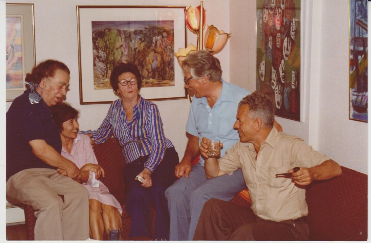 Viešnagė A. ir A. Gustaičių (sėdi ant fotelio porankių, centre – M. Jonynienė) šeimoje. Iš dešinės J. Blekaitis ir V. Jonynas. Bostonas. Apie 1980 m.
