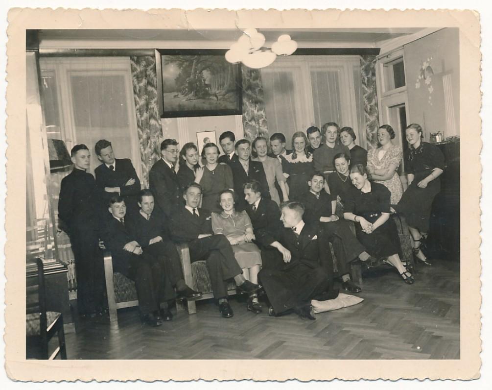 Viešnagė A. ir P. Galaunių namuose. J. Kaupas – antras iš kairės. Kaunas, 1938 m.
