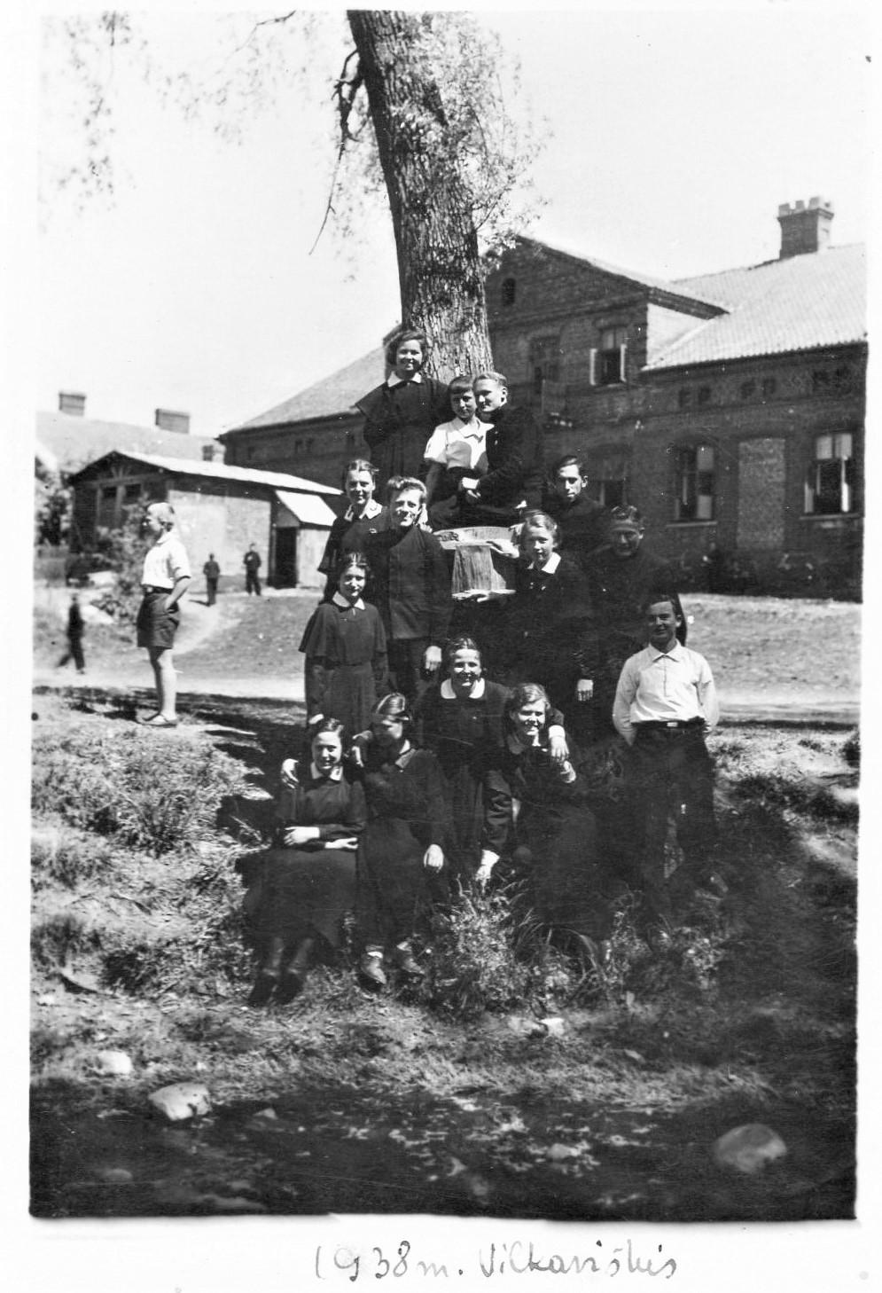 Vilkaviškio gimn. 7 kl. mokiniai prie upės. J. Švabaitė tupi trečia iš kairės. 1938 05 24