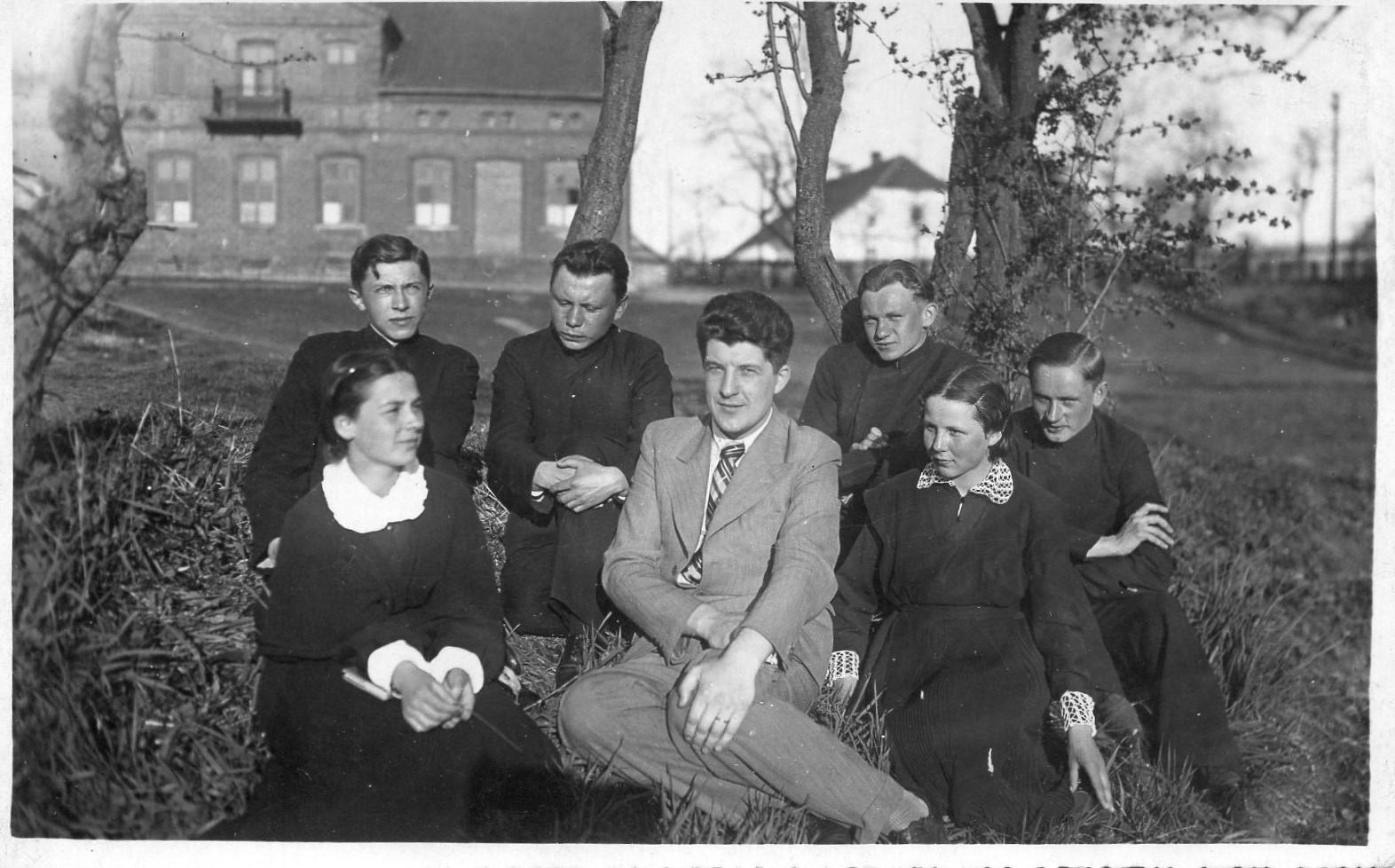 Vilkaviškio gimnazijos literatų būrelis. 1937 m. J. Švabaitė – antra iš dešinės