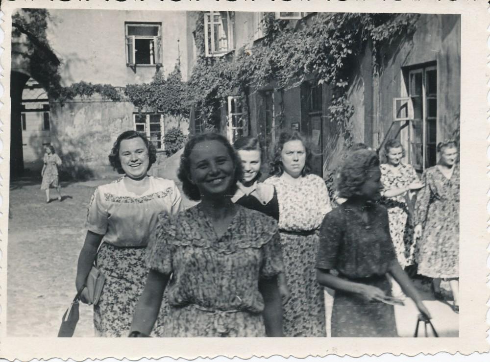 Vilniaus universiteto filologės margom suknelėm. Iš kairės P. Vaškelytė, M. Kudarauskaitė, A. Apanskaitė, J. Degutytė, A. Kizlaitytė. 1951 metų vasara