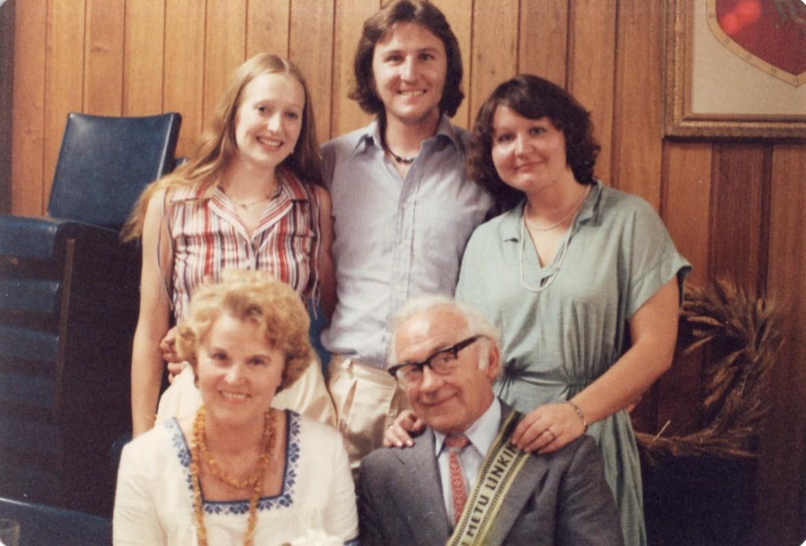 Vincas ir Genovaitė Kazokai su dukra Ugne ir sūnumi Kajumi bei jo drauge Irena Bielskyte. Sidnėjus, 1979 m.