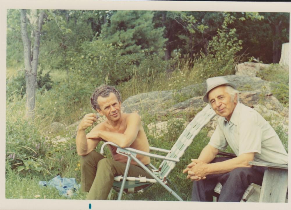 Vytautas Jonynas su dailininku A. Tamošaičiu. Kanada. Apie 1970 m.