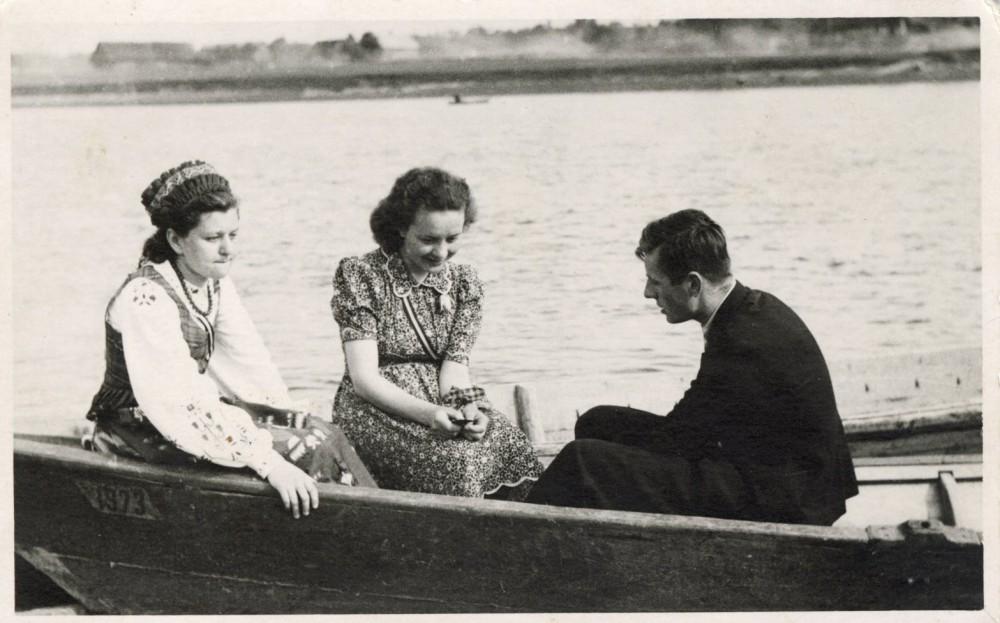 Vytautas Mačernis su Dulskyte ir M. Benotavičiūte valtyje. 1940 m.