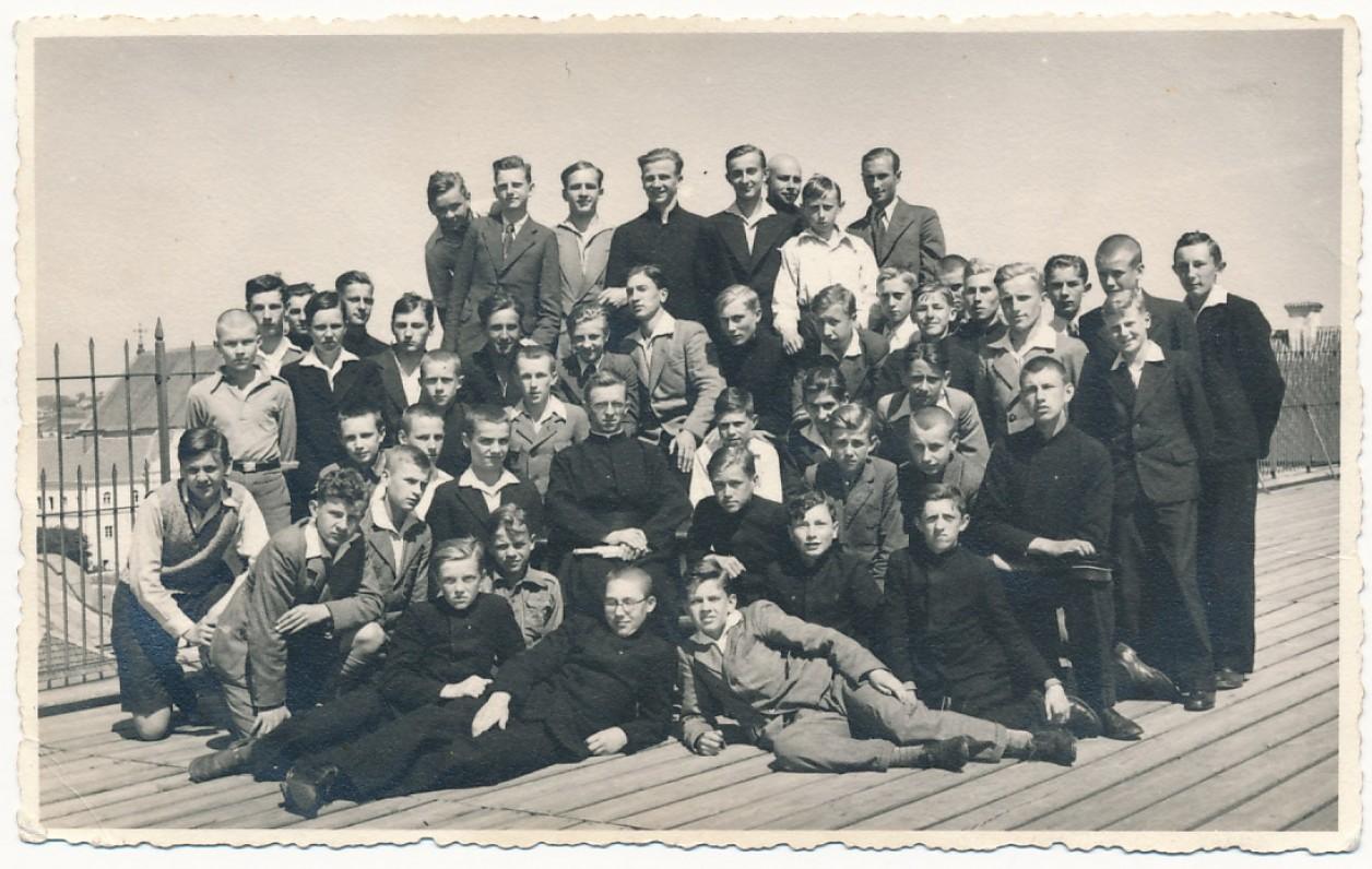 ėzuitų gimnazijos V klasė. J. Kaupas – paskutinėje eilėje antras iš kairės. Kaunas, 1935 m.