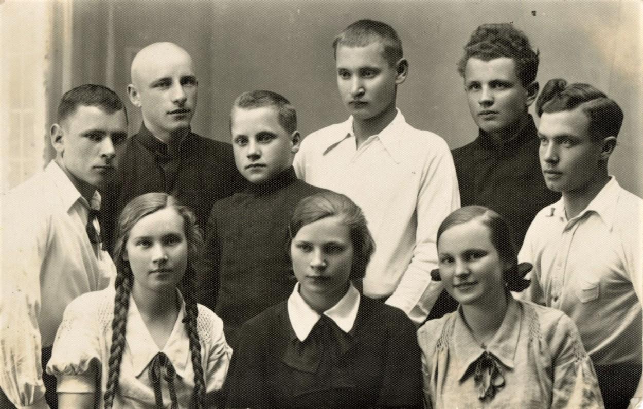 Biržų gimnazijos vyresnieji literatai su jaunųjų pirmininku – būsimuoju monsinjoru Kazimieru Vasiliausku (antroj eilėj antras iš kairės), Paulius Drevinis – pirmas iš kairės, antras iš kairės stovi Bronius Krivickas, iš dešinės pirmas Eugenijus Matuzevičius, antras – M. Indriliūnas. Apie 1937 m. Fotografė V. Bortkevičiūtė