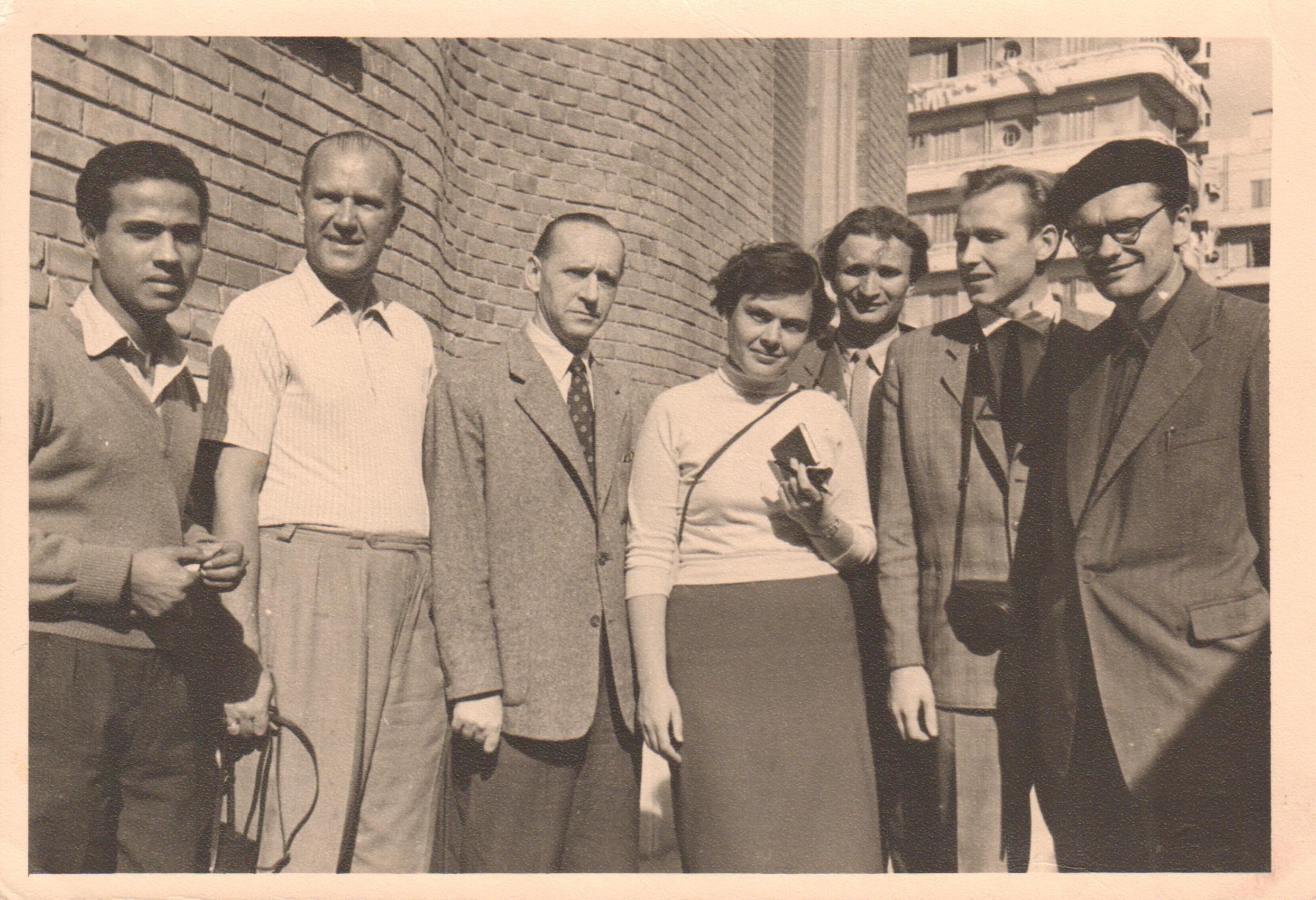 Stovi grupės gidas, V. Miliūnas, A. J. Greimas, žurnalistė R. Žičkytė, kalbininkas J. Balčikonis, žurnalistas D. Šniukas ir A. Baltakis. Egiptas, 1957 m.