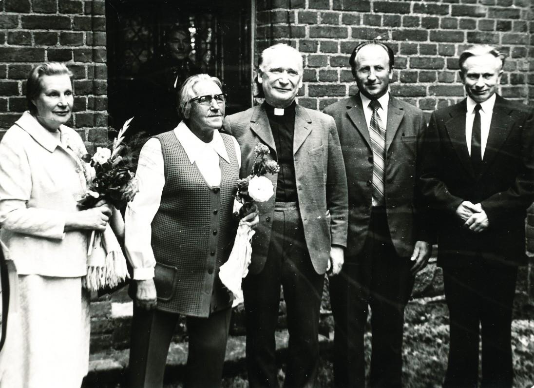 Iš kairės D. Rimaitienė, I. Simonaitytė, Lietuvos evangelikų liuteronų bažnyčios vyskupas J. Kalvanas, ?, kunigas E. Roga prie Vanagų bažnyčios. 1977 m. Vanagų bažnyčia rašytojai buvo ypač brangi