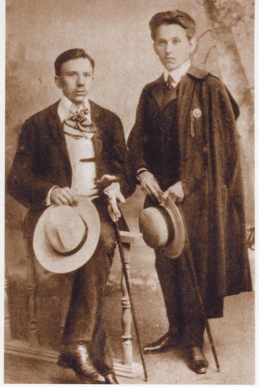 L. Gira (iš kairės) ir V. Krėvė. 1910 m.