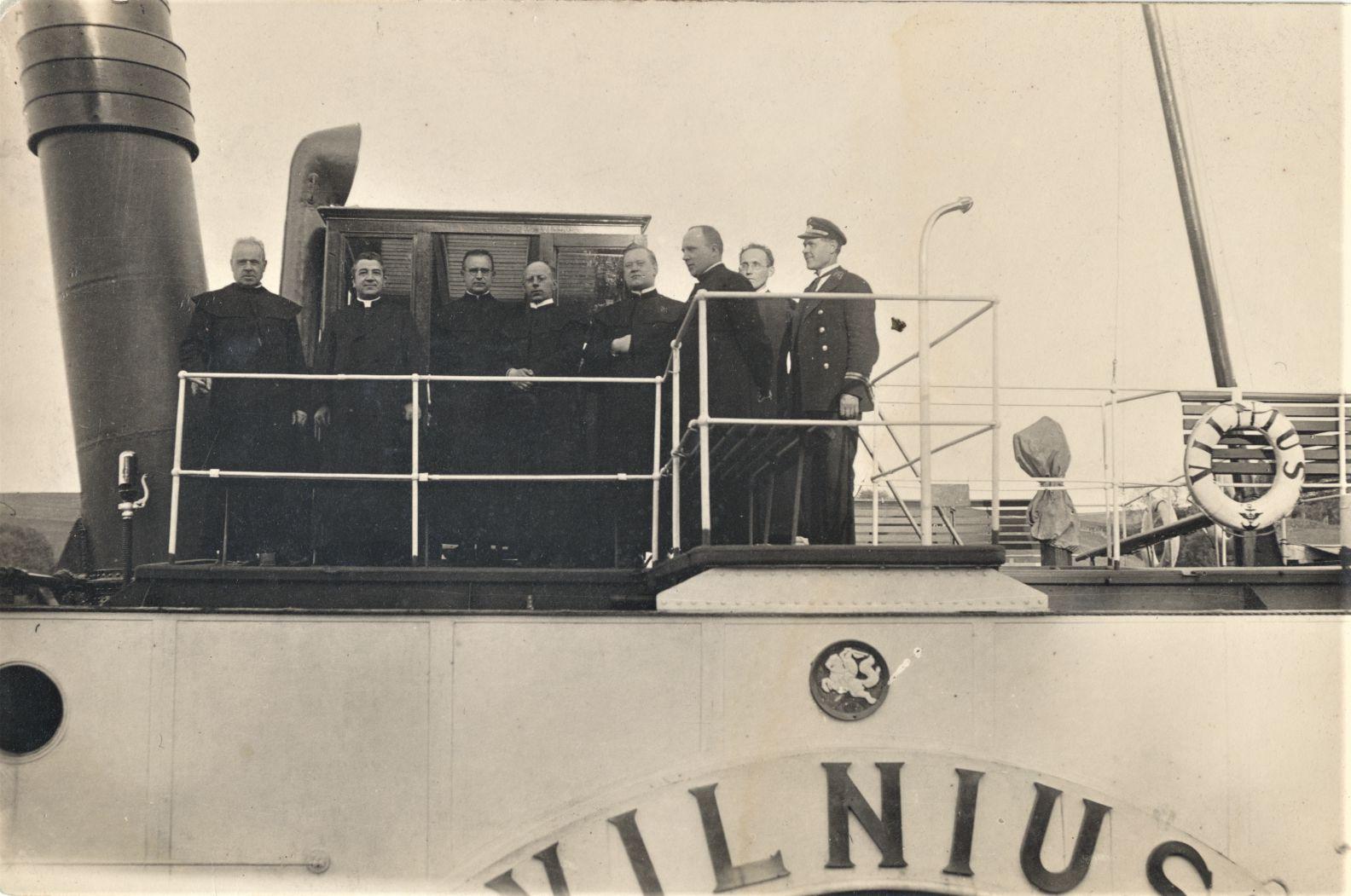 Ant kapitono tiltelio iš kairės stovi: Maironis, P. Penkauskas, J. Meškauskas, S. Ūsoris, M. Morkelis ir kiti
