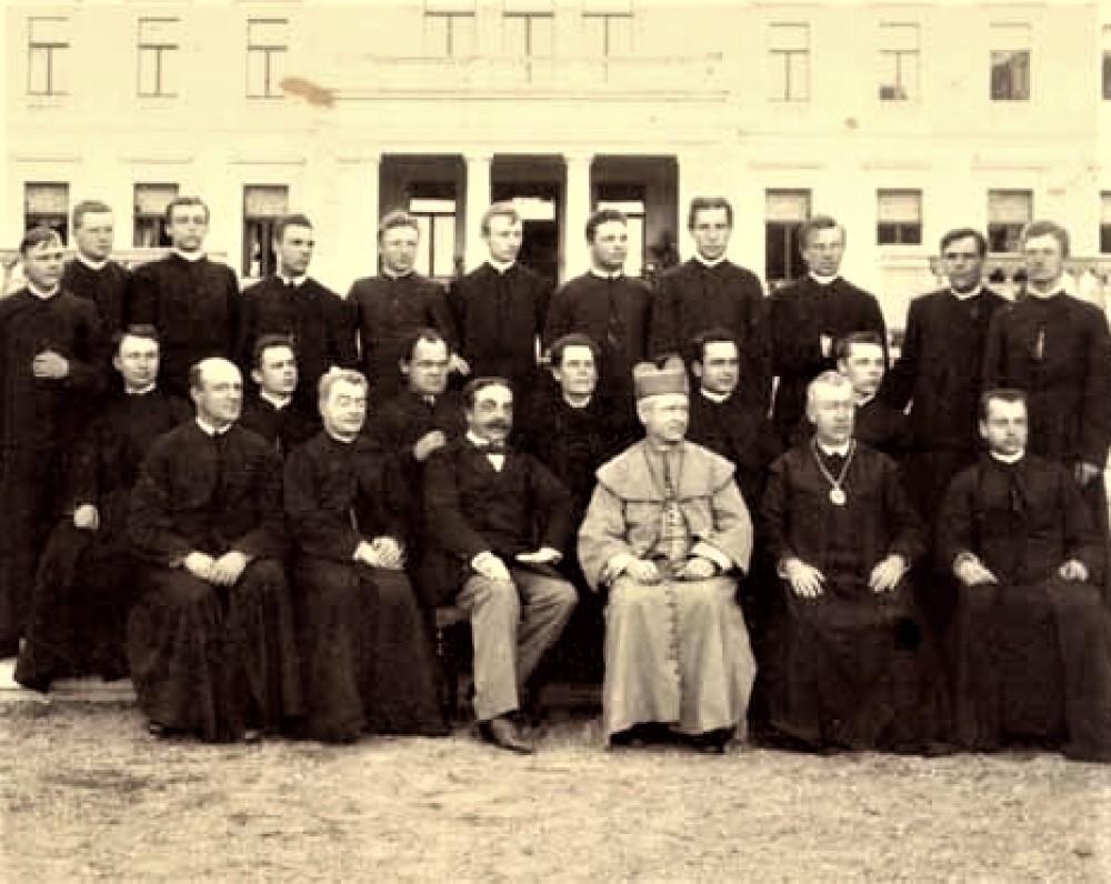 Vyskupas A. Baranauskas su grupe kunigų prie Kauno vyskupijos. Apie 1894 m.