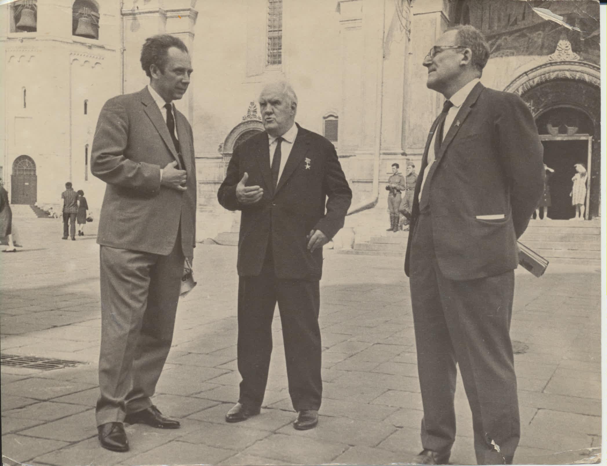 Vacys Reimeris, partinis veikėjas N. Tichonovas ir rusų rašytojas V. Koževnikovas Kremliuje. Maskva, 1967 m.