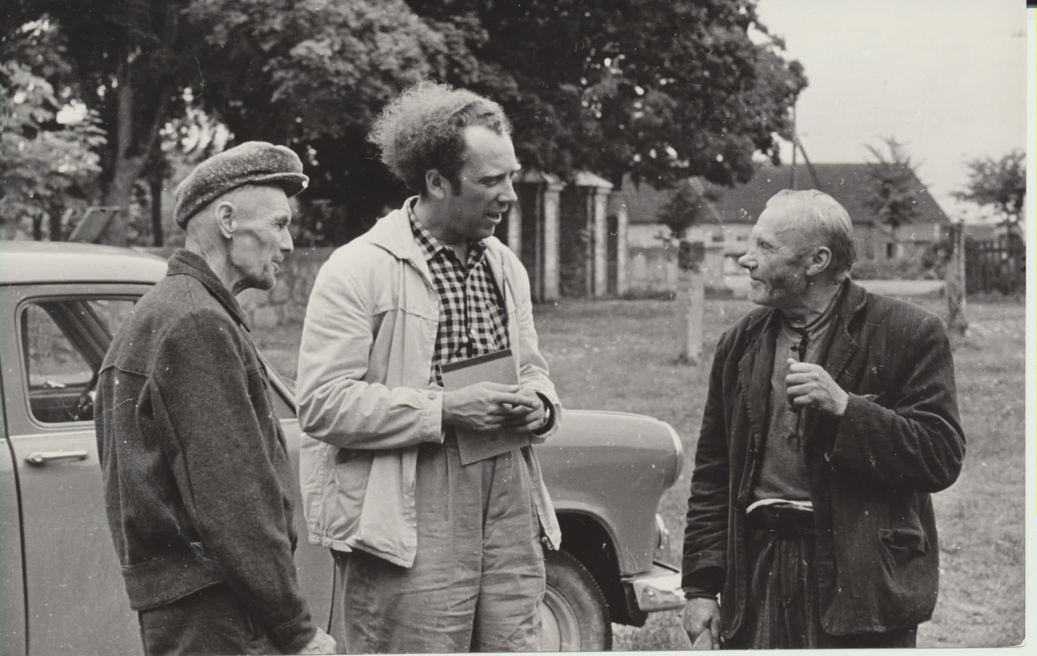 """V. Reimeris  kalbasi su būsimos apybraižų  knygos """"Lietuva – broliška žemė"""" būsimais herojų prototipais. Apie 1960 m. N. Kočnevo nuotrauka"""