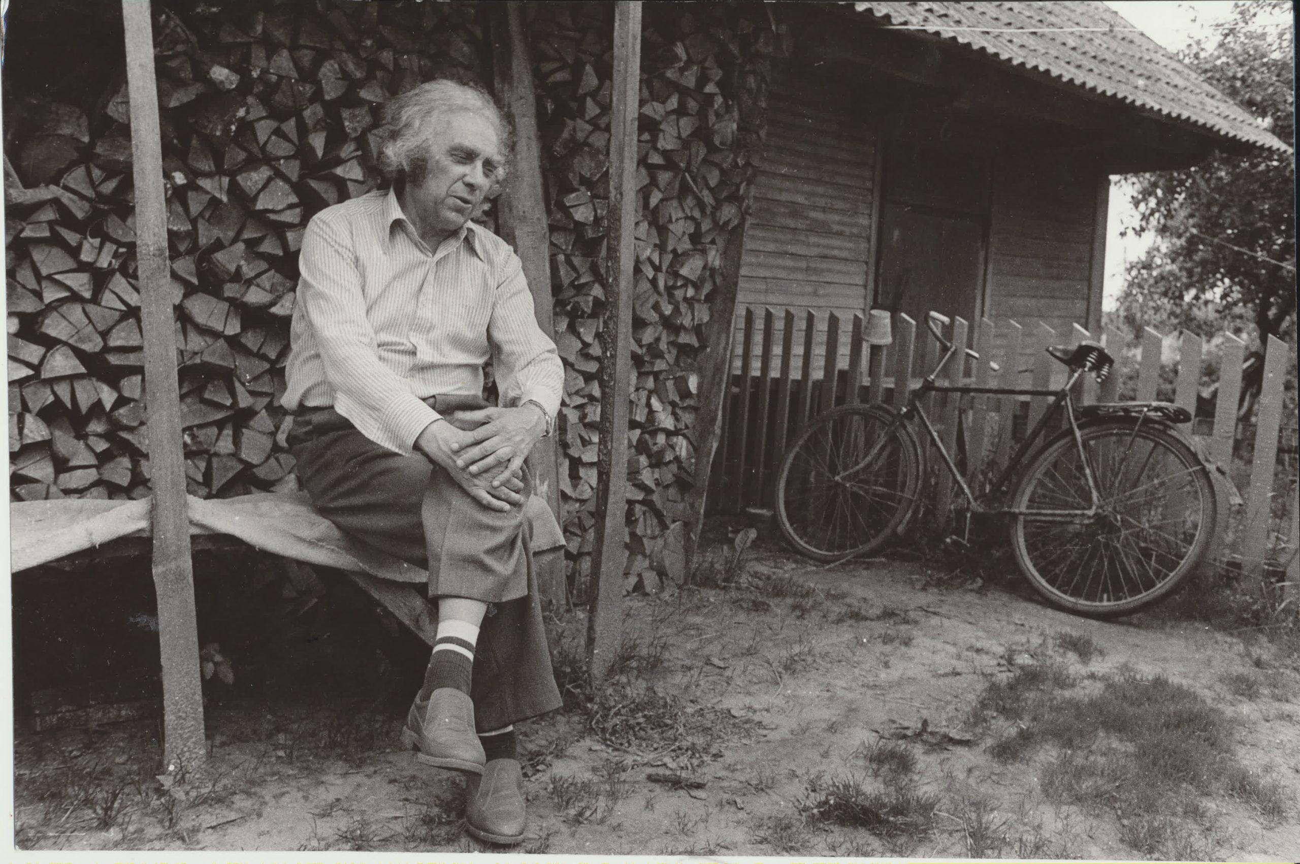 Gimtuosiuose Kuršėnuose, kurie vaikystėje atstojo visą pasaulį. Vėliau gimtojo namo nebeliko, jį pasiglemžė laikas. 1987 m. R. Rakausko nuotrauka