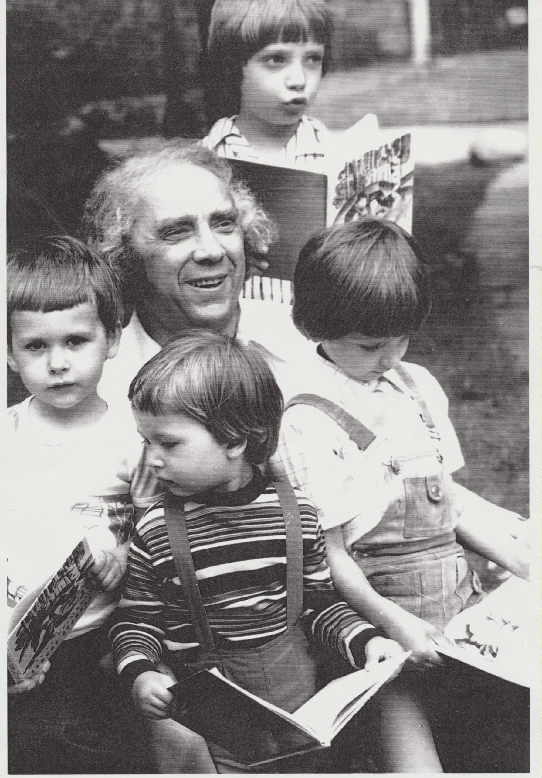 Su anūkais Gediminu, Kaziu, Kęstučiu ir Motiejumi. 1981 m. G. Kapočiaus nuotrauka