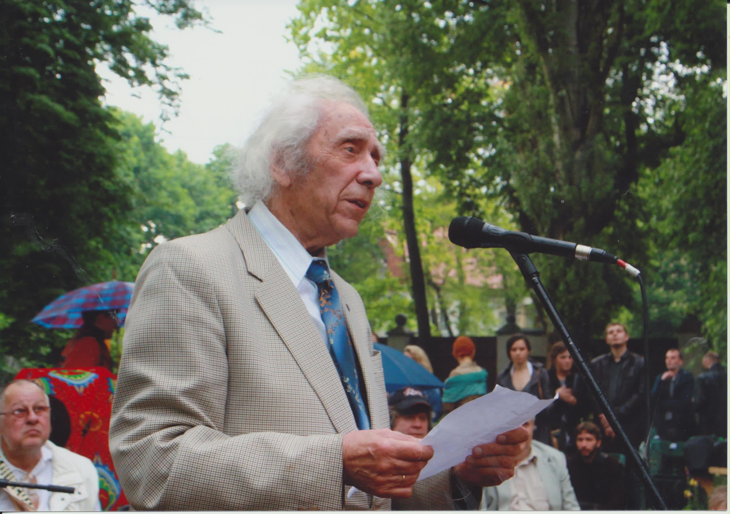 """Iki žilos senatvės V. Reimeris išliko žvalus, šviesaus proto, net buvo pelnęs """"seniausio poeto"""" titulą. Poezijos pavasario renginio metu Maironio sodelyje, 2011 m. Z. Baltrušio nuotrauka"""