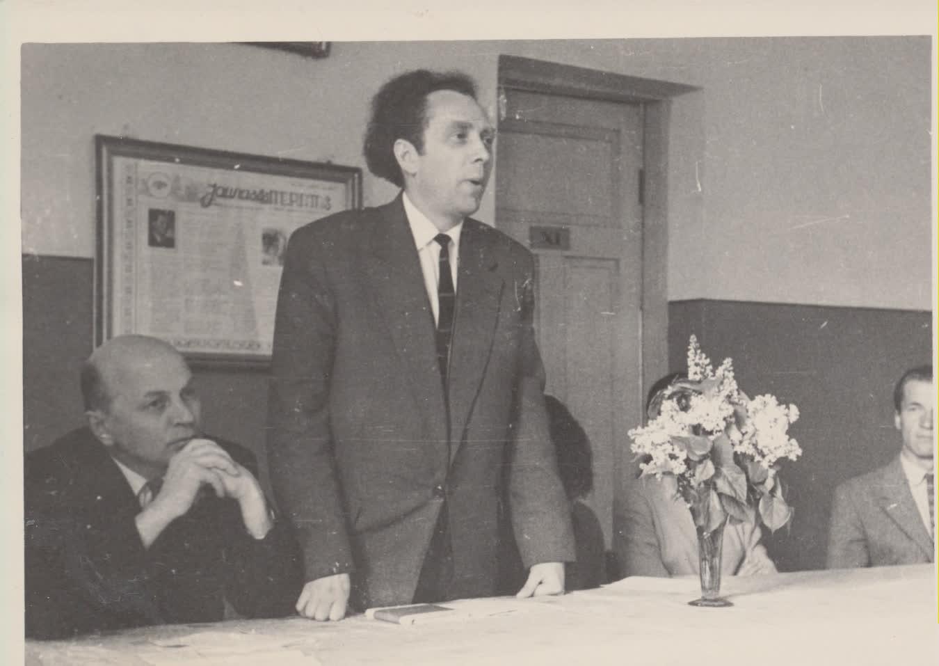 V. Reimeris ir J. Baltušis susitikime su skaitytojais. Nors nebuvo artimi draugai, J. Baltušis ne kartą pakreipė V. Reimerio gyvenimą, pasiūlydamas pareigas ar perkėlimą iš vieno miesto į kitą. J. Lapašinsko nuotrauka