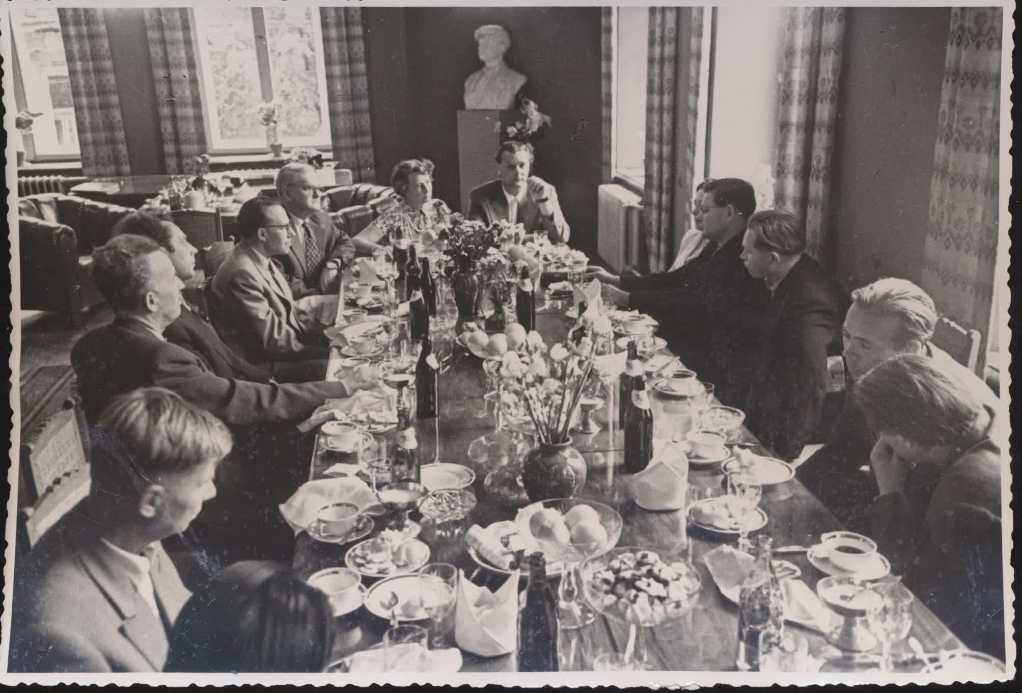 Rašytojo Filipo Bonoskio sutikimas Rašytojų sąjungoje. Šventėje dalyvauja E. Mieželaitis, A. Venclova, K. Korsakas, T. Tilvytis, V. Reimeris ir kt. Apie 1959 m.